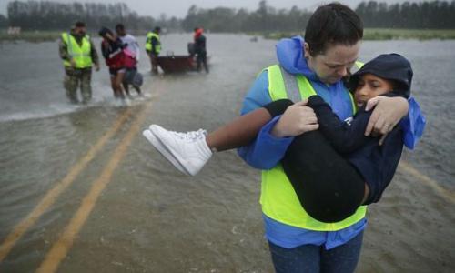 Nhân viên cứu hộ hỗ trợ người dân. Ảnh: AFP.