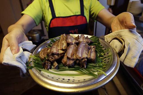 Món thịt chó tại một nhà hàng ở Seoul. Ảnh: AP