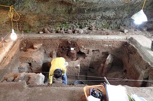 Nhà khoa học bới từng lớp mỏng vài milimet để tìm kiếm hiện vật tại hang thăm dò. Ảnh: NVCC.