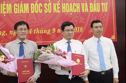 Ông Trần Văn Sơn (bìa trái) và ông Trần Phước Sơn nhận quyết định và hoa chúc mừng từ Phó chủ tịch Đà Nẵng Hồ Kỳ Minh. Ảnh: Nguyễn Đông.