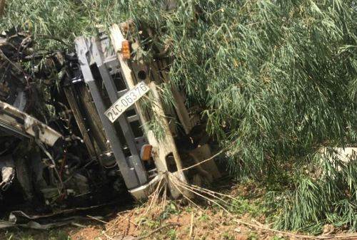 Đầu xe bồn dập nát sau tai nạn. Ảnh: G.C.