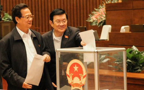 Từ trái qua: Thủ tướng Nguyễn Tấn Dũng, Chủ tịch nướcTrương Tấn Sang (nhiệm kỳ 2011-2016) trong phiên lấy phiếu tín nhiệm của Quốc hội khoá XIII, ngày 15/11/2014. Ảnh: VPQH