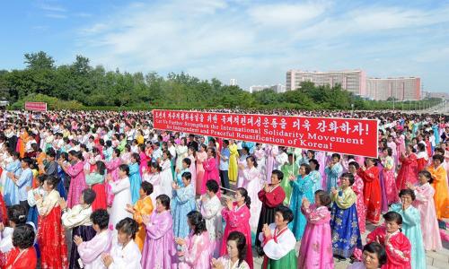 NgườiTriều Tiên tham dự cuộc diễu hành kêu gọi thống nhất bán đảo tại Bình Nhưỡng ngày 12/9. Ảnh: Reuters.