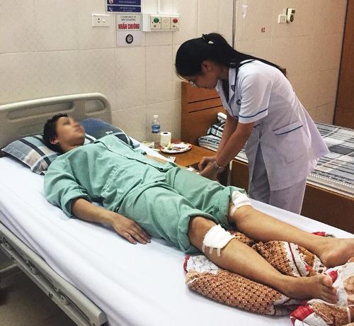 Chị Hằng đang được điều trị tại Bệnh viện Bãi Cháy. Ảnh: M.Đ