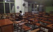 Nhà không có điện, nam sinh Philippines ở lại lớp làm bài tập