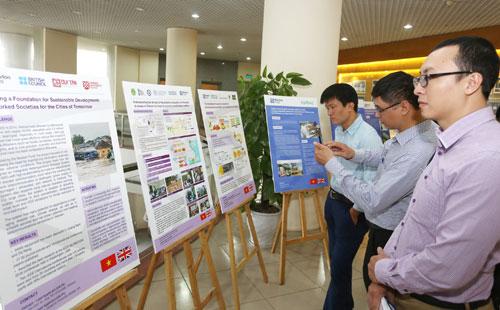 Các kết quả hợp tác trong nghiên cứu giữa Việt Nam và Anh được trưng bày tại hội thảo. Ảnh: Ngũ Hiệp.