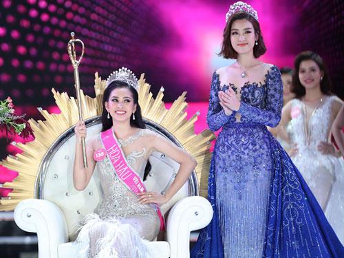 Tân Hoa hậu 2018 Trần Tiểu Vy (trái) trong giây phút đăng quang. Ảnh: Đức Đồng.