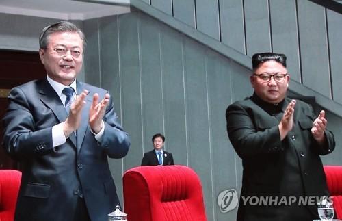 Tổng thống Moon (trái) và lãnh đạo Kim tại sân vận động 1/5 tối 19/9. Ảnh: Yonhap.