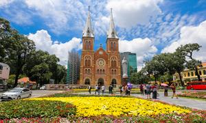 Du khách thích thú vườn hoa trước nhà thờ Đức Bà ở Sài Gòn