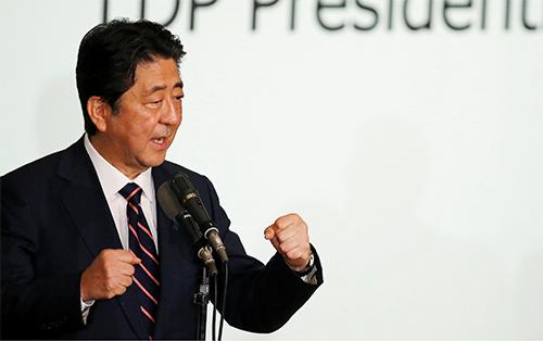 Thủ tướng Nhật Bản Shinzo Abe trong cuộc bầu cử lãnh đạo đảng Dân chủ Tự do hôm nay tại trụ sở đảng ở Tokyo. Ảnh: Reuters.