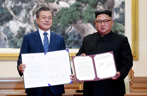 Tổng thống Hàn Moon Jae-in (trái) và lãnh đạo Triều Tiên Kim Jong-un ký tuyên bố chung tại Bình Nhưỡng ngày 19/9. Ảnh: Reuters.