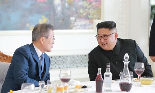 Tổng thống Hàn Quốc Moon Jae-in (trái) và lãnh đạo Triều Tiên Kim Jong-un dự tiệc chia tay trưa 20/9. Ảnh: Reuters.