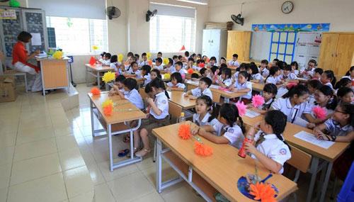 Học sinh lớp 1 trường tiểu học Chu Văn An tập trung tại phòng học sau giờ khai giảng. Ảnh: Gia Chính.