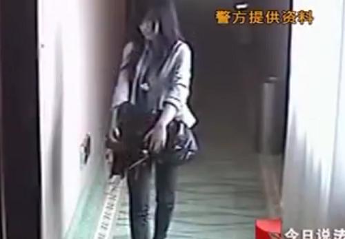 Cô gái mang theo cưa vào phòng khách sạn.