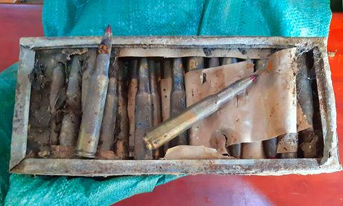 Hộp sắt đựng 85 viên đạn trong vườn nhà dân -