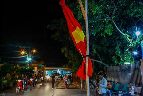 Người dân treo cờ rủ khi có quốc tang.