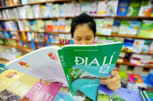 Bình quân mỗi ngày Nhà xuất bản Giáo dục Việt Nam lãi gộp hơn nửa tỷ đồng từ mảng kinh doanh nắm thế độc quyền trên thị trường là xuất bản sách giáo khoa.