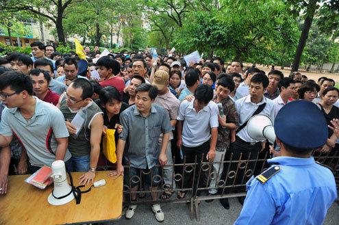 Phụ huynh chen chân mua hồ sơ cho con vào trường Thực nghiệm (Ba Đình, Hà Nội) năm 2012. Ảnh: Hoàng Hà.