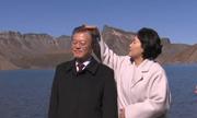 Cử chỉ ngọt ngào của vợ chồng Tổng thống Hàn trên núi ở Triều Tiên