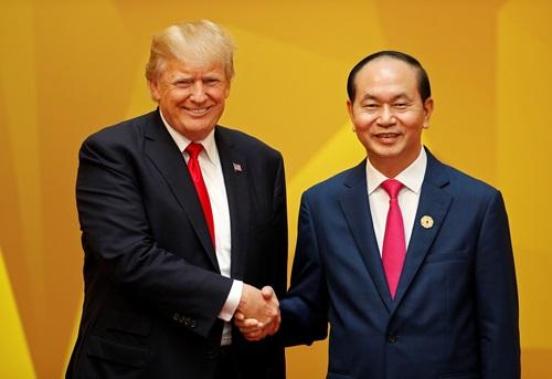 Chủ tịch nước Trần Đại Quang (pphair) bắt tay Tổng thống Mỹ Donald Trump tại hội nghị APEC ở Đà Nẵng tháng 11/2017. Ảnh: Reuters.