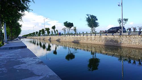 Hai bờ sông ở vị trí khu lăng mộ đã được kè, lát đá và xây cầu từ nhiềunăm trước. Ảnh: Lê Hoàng.
