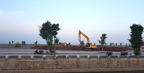 Khu lăng mộ nằm giữa cánh đồng lúa ở xã Quang Thiện, bên cạnh là dòng sông nhỏ nơi gắn với tuổi thơ Chủ tịch nước Trần Đại Quang. Ảnh: Lê Hoàng.