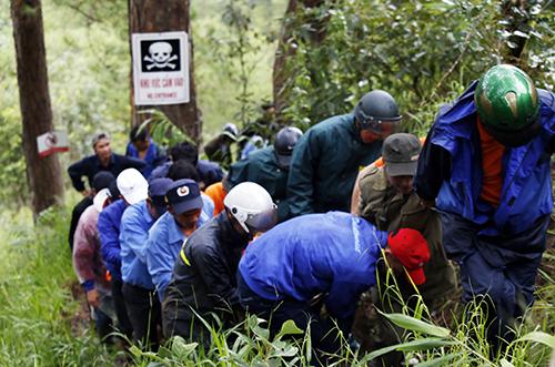 Lực lượng cứu hộ đưa thi thể nạn nhân ra khỏi thác Datanla. Ảnh: Duy Khôi.