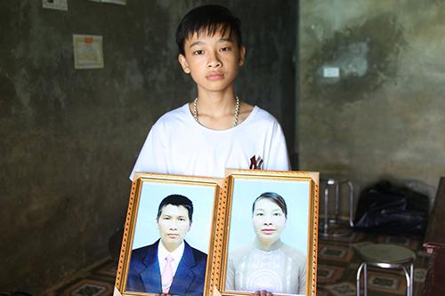 Bé trai đau buồn khi cùng lúc mất cả bố mẹ. Ảnh: Phạm Dự.
