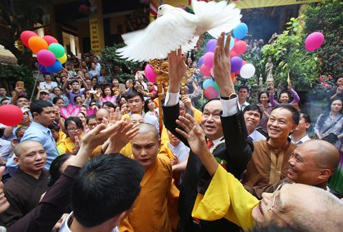 Chủ tịch nước thả chim phóng sinh khi dự Đại lễ Phật Đảntại chùa Quán Sứ (Hà Nội), sáng 21/5 (15/4 âm lịch).