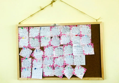 Những lời nhắn nhủ của ba mẹ được dán ở tấm bảng cuối lớp. Ảnh: Nhân vật cung cấp.