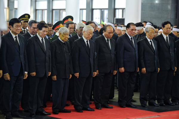 Đoàn Ban chấp hành Trung ương Đảng viếng cố Chủ tịch nước. Ảnh: Giang Huy