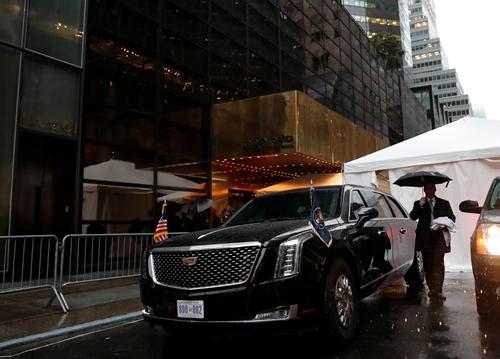 Siêu xe Quái thú của Trump đỗ ở bên ngoài tháp Trump ngày 25/9. Ảnh: Reuters.