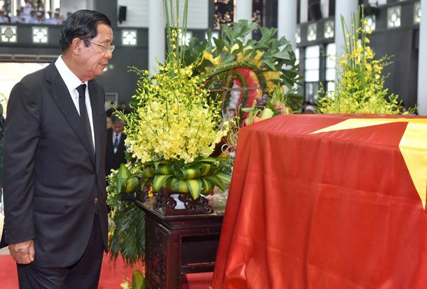 Thủ tướng Campuchia Hun Sen viếng cố Chủ tịch nước Trần Đại Quang. Ảnh: Giang Huy