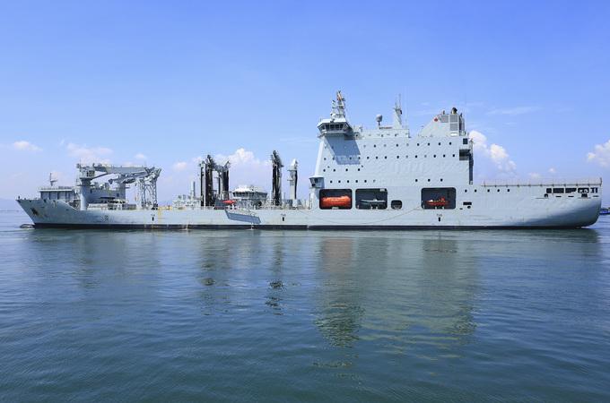 Tàu hải quân Canada treo cờ rủ khi đến thăm Việt Nam