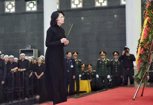 Quyền Chủ tịch nước Đặng Thị Ngọc Thịnh dâng hương trước linh cữu Chủ tịch nước Trần Đại Quang. Ảnh: Giang Huy