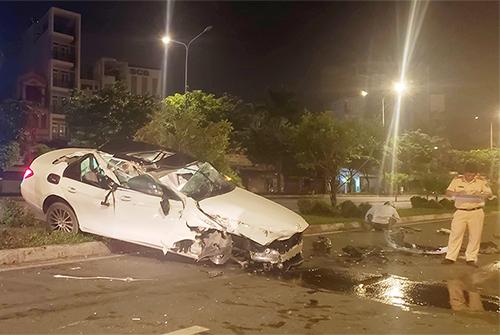 Chiếc Mercedes hư hỏng nặng sau tai nạn. Ảnh: Tin Tin.