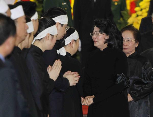 Quyền Chủ tịch nước Đặng Thị Ngọc Thịnh chia sẻ cùng phu nhân cố Chủ tịch nước. Ảnh: TTX