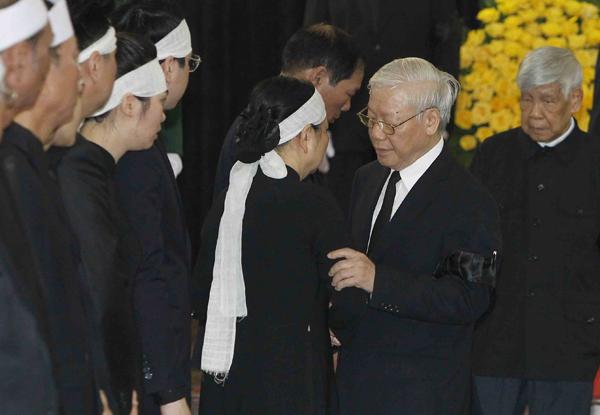 Tổng bí thư Nguyễn Phú Trọng chia buồn cùng gia quyếncố Chủ tịch nước. Ảnh: TTX