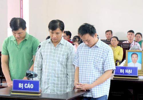 Hiệp (từ trái), Khiêm và Hoàng tại tòa. Ảnh: Nguyễn Khoa