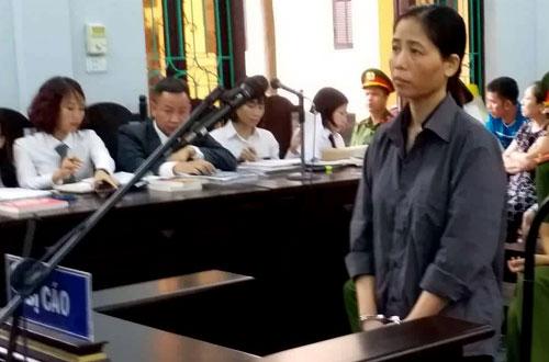 Bị cáo Hiền (góc phải) tại phiên tòa sơ thẩm.