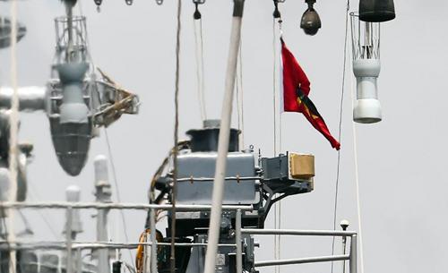 tàu khu trục Ấn Độ đã treo cờ rủ khi cập cảng ở TP HCM. Ảnh: Nguyễn Thành.
