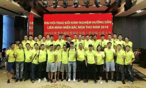 Nhiều hướng dẫn viên Việt Nam và Trung Quốc chụp ảnh tại đại hội trái phép.Ảnh: B.M
