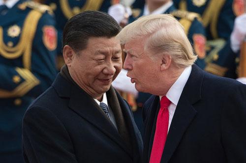 Chủ tịch Trung Quốc Tập Cận Bình (trái) đón Trump tới thăm Bắc Kinh tháng 11/2017. Ảnh: AP.