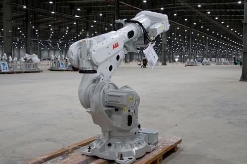 Robot chờ lắp đặt trong xưởng ôtô. Ảnh: Auto Motor und Sport.