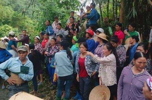 Người dân lên núi phản đối việc khai thác đá. Ảnh: Người dân cung cấp