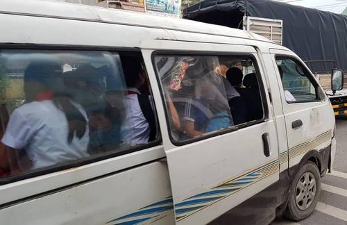 Một xe đưa đón học sinh từ xã An Hòa về phường Long Bình Tân, TP Biên Hòa hết hạn đăng kiểm, không đóng cửa khi chạy. Ảnh: Phước Tuấn