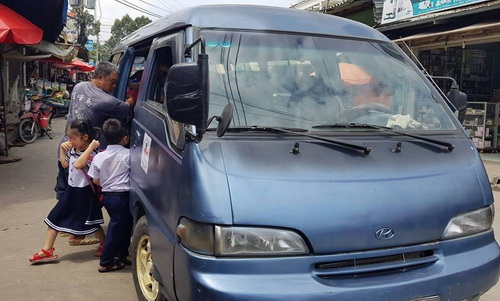 Chiếc xe hết hạn đăng kiểm hơn 5 năm được một giáo viên thuê chở đưa đón học sinh. Ảnh: Phước Tuấn