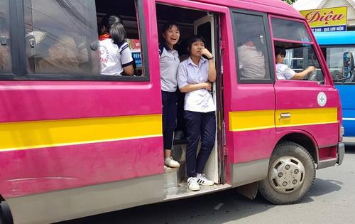 Xe đưa đón học sinh trường THCS Long Bình không đóng cửa khi chở các em về nhà trưa 25/9. Ảnh: Phước Tuấn
