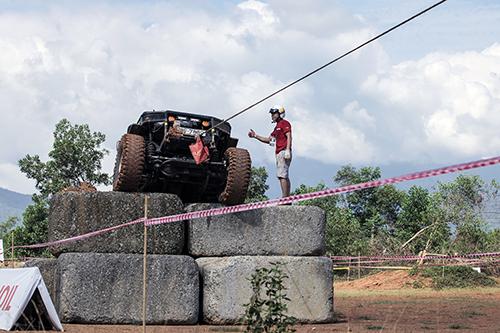 Một đội thi đang cố gắng vượt tường đá ở bài thi số 10. Ảnh: Lương Dũng.