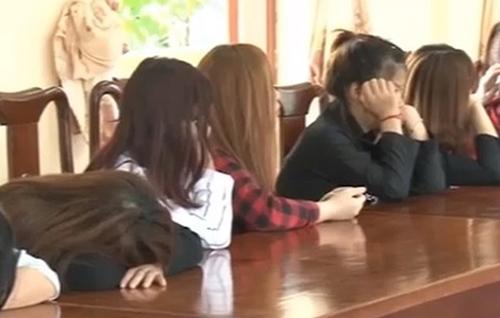 Nhiều cô gái bị bắt quả tang. Ảnh: Công an cung cấp.